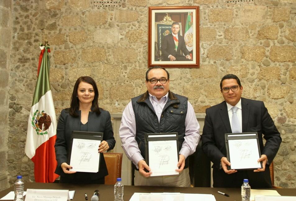En la foto, los titulares de FONHAPO y CDI firman un convenio de colaboración para atender la demanda de casas en estas zonas, atestigua el secretario Jorge Carlos Ramírez Marín.