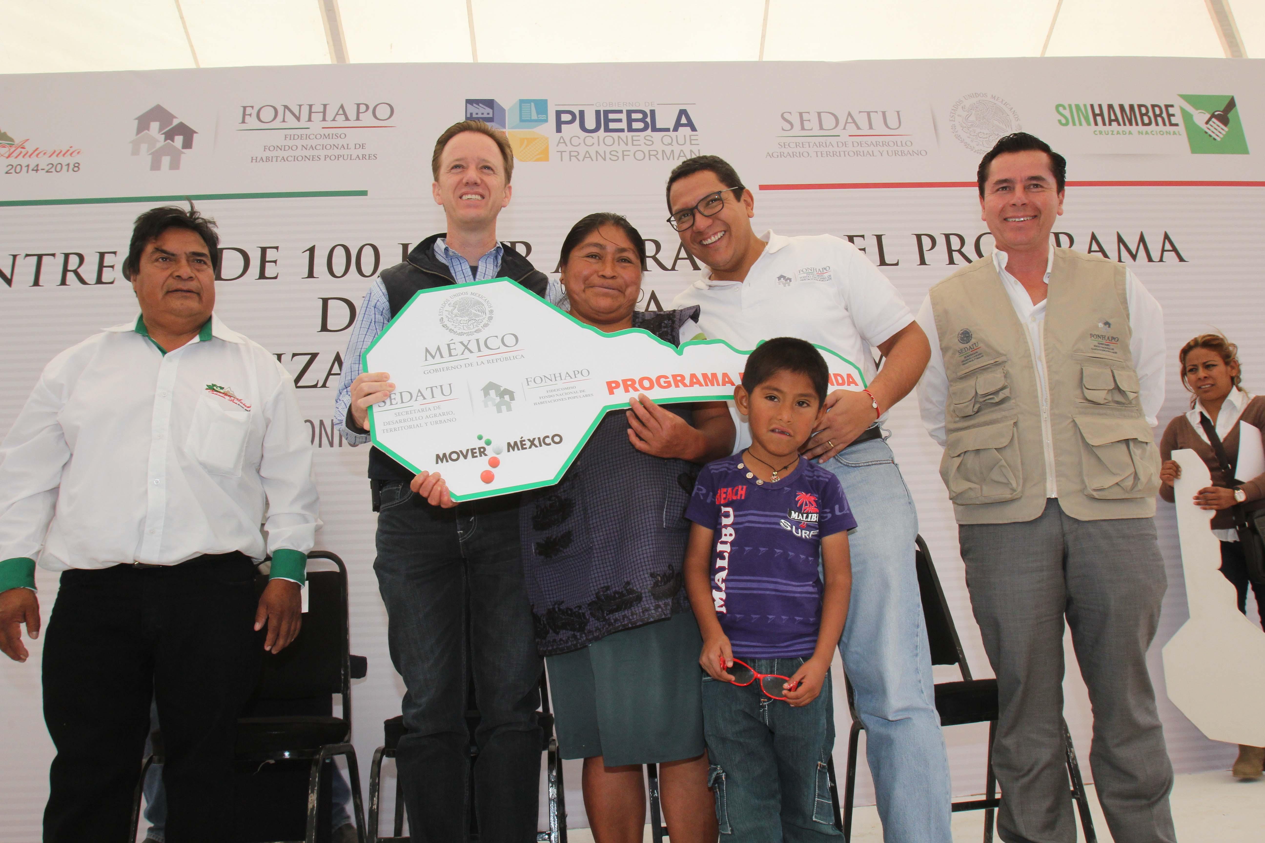 En la gráfica, el director general del FONHAPO, Ángel Islava Tamayo, entrega la llave de su nueva casa a una beneficiada y su familia.