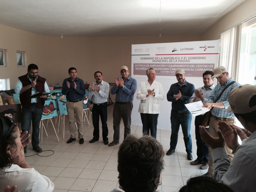 En la foto, el subsecretario Cárdenas Monroy hace entrega a autoridades locales de un centro comunitario en Michoacán por parte de la SEDATU.