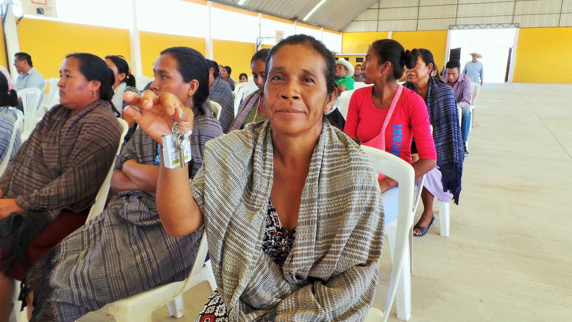En la imagen, aparecen mujeres beneficiarias de nuevas viviendas, tras haber sido afectadas las suyas en 2014 por fenómenos meteorológicos en Guerrero.