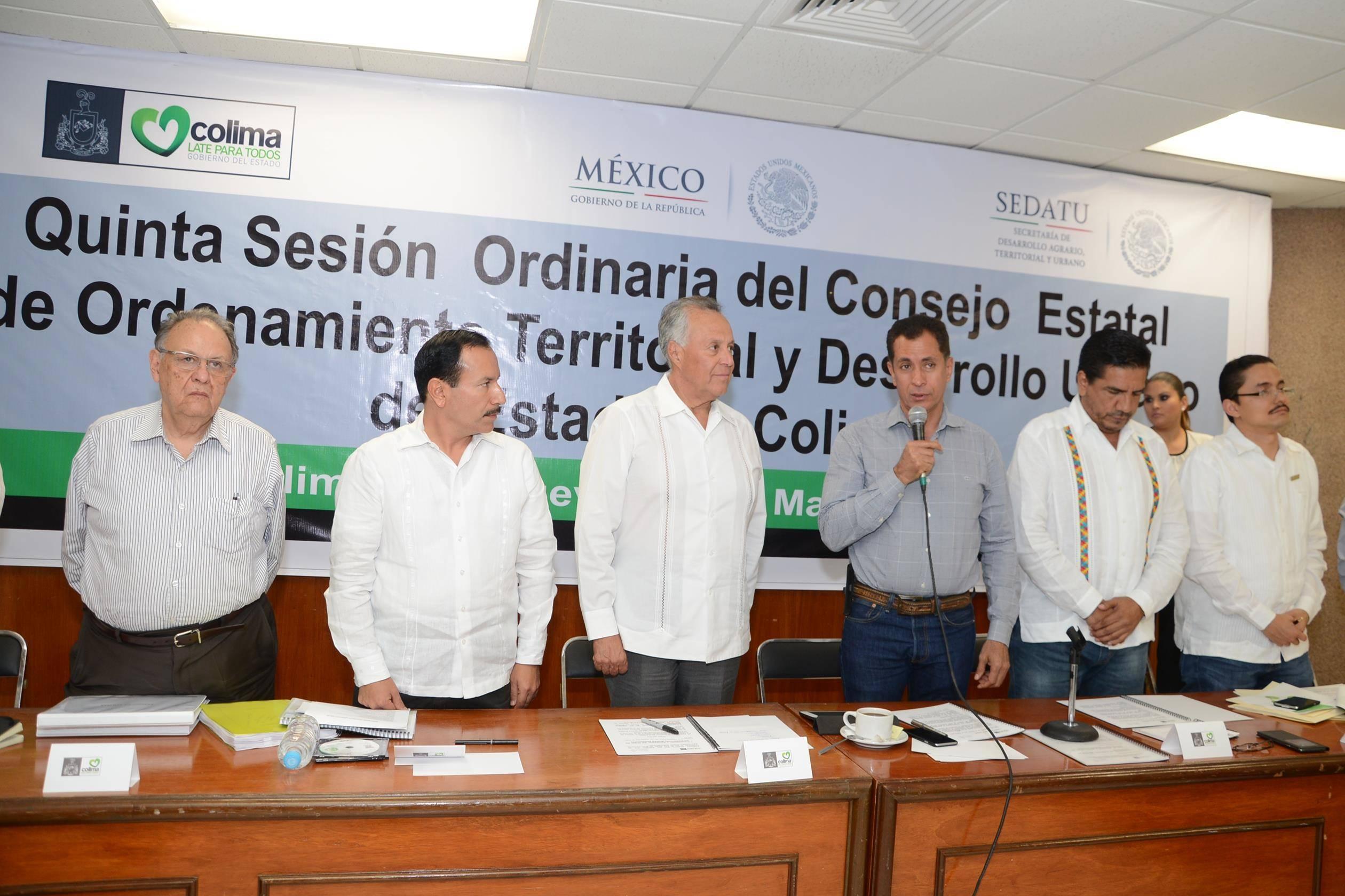 En la imagen, el subsecretario de Ordenamiento Territorial, Gustavo Cárdenas entrega el primer Atlas de Riesgo al gobernador de Colima, Mario Anguiano Moreno.