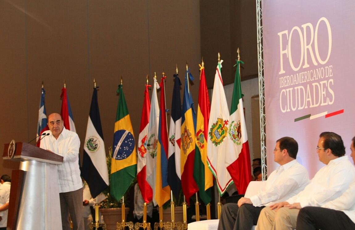 En la gráfica, el secretario Murillo Karam inaugura el Foro Iberoaméricano de Ciudades, en Veracruz. A su lado, el gobernador de esa entidad, Javier Duarte.
