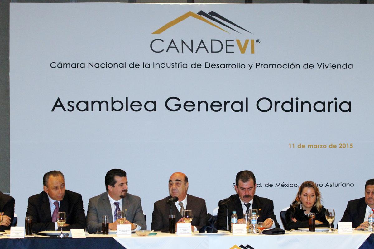 En la foto, Murillo Karam participa en la Asamblea General Ordinaria de la Cámara Nacional de la Industria de Desarrollo y Promoción de Vivienda. A su lado los encargados de los órganos sectorizados.