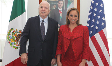 Canciller Claudia Ruiz Massieu con el Senador estadounidense John McCain en la SRE