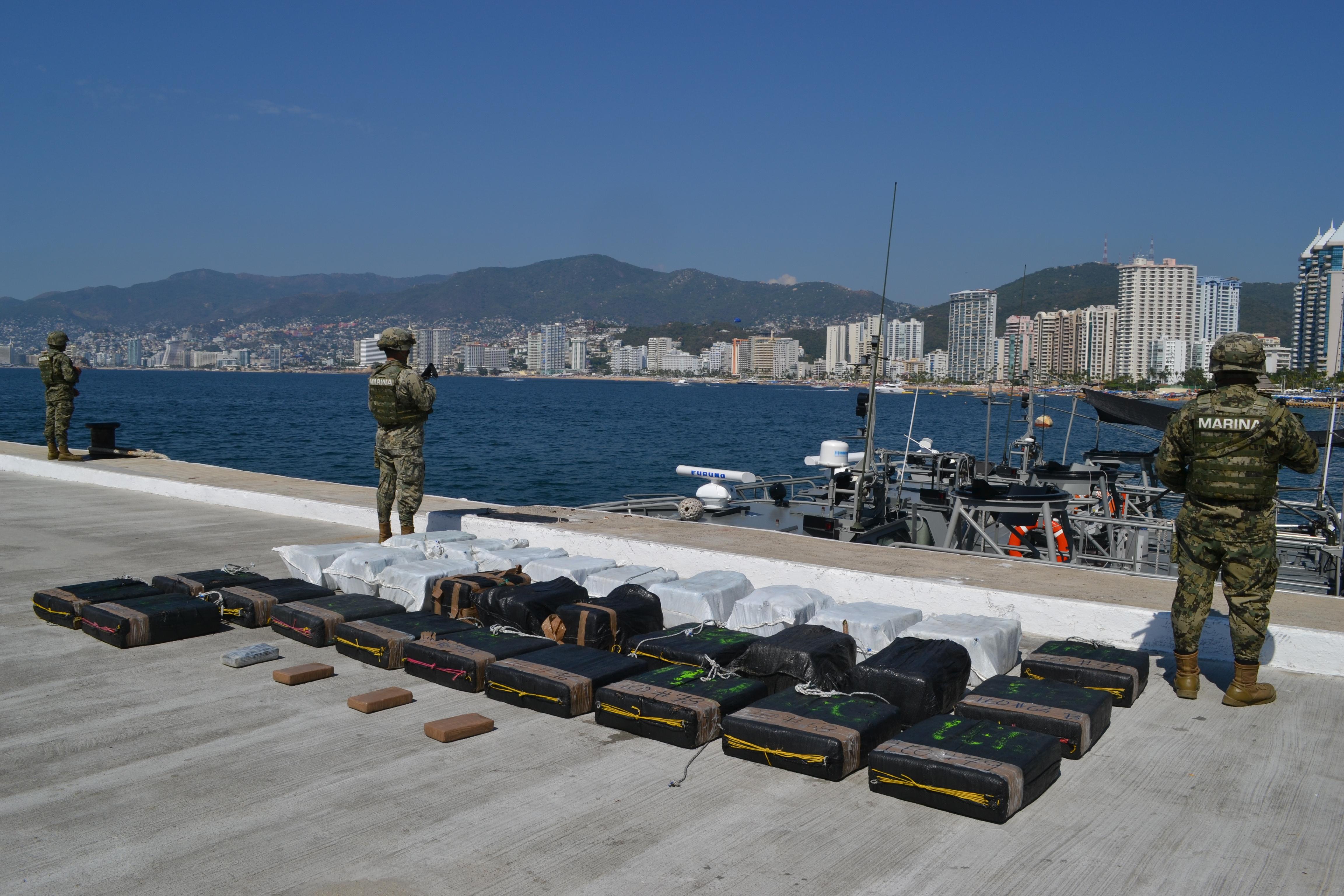 La Armada De México asegura 35 bultos en la mar de  Posible cocaína en inmediaciones de Huatulco, Oaxaca
