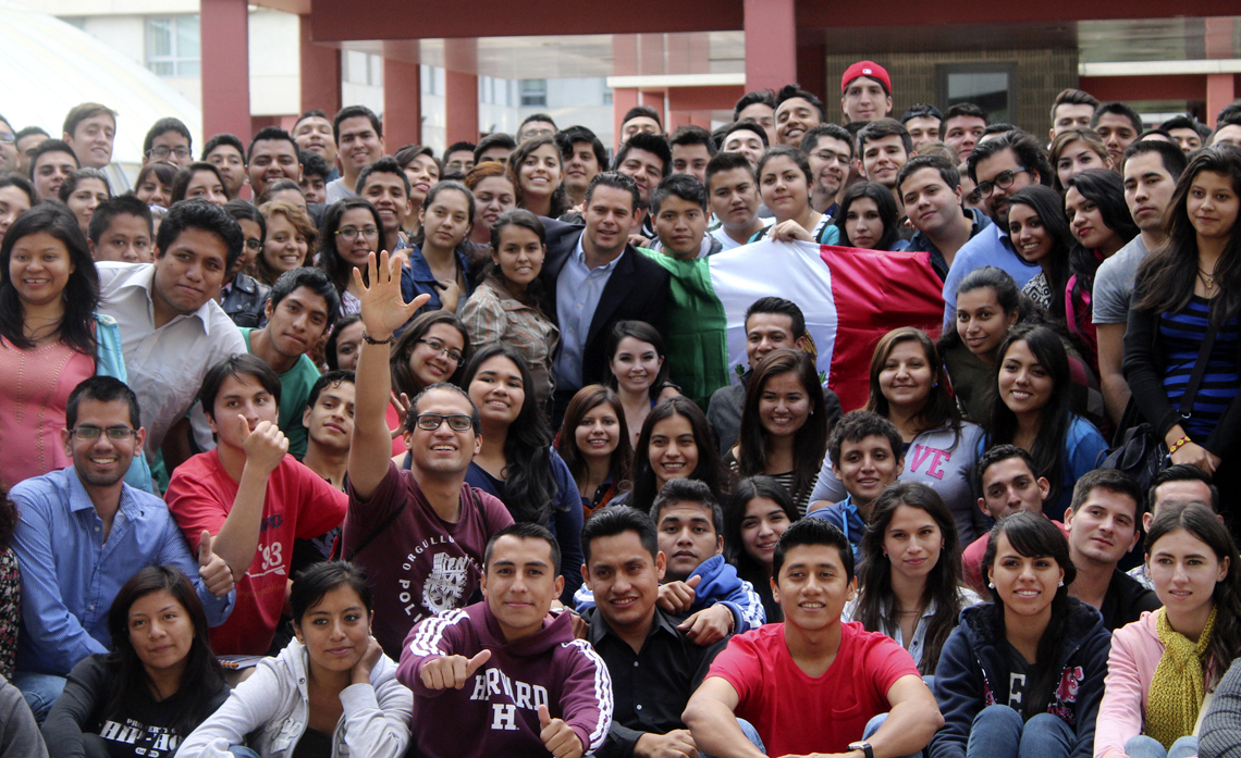 """Mediante """"Rumbo Joven"""", durante 2016, se ha becado a 163 jóvenes que han viajado a más de 18 destinos distintos fuera de México."""