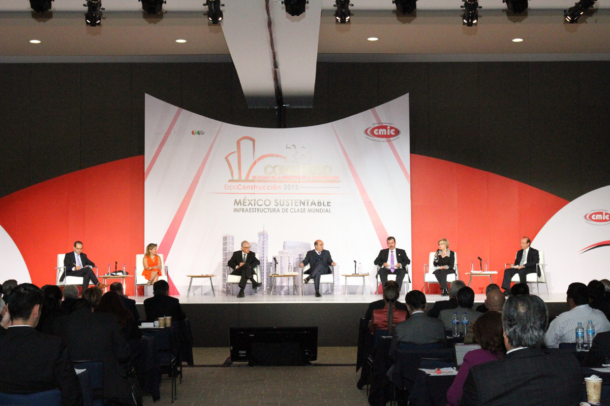 En la imagen, El secretario Jesús Murillo Karam participó en el 28 Congreso Mexicano de la Industria de la Construcción, a su lado especialistas del sector y directores de organismos sectorizados.