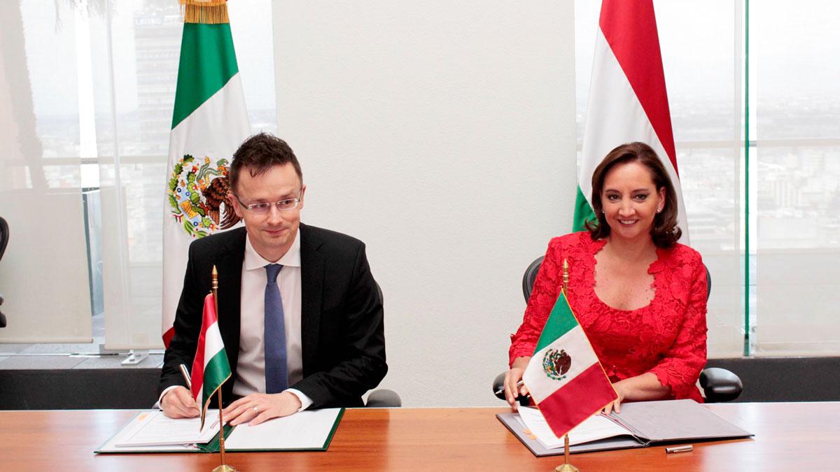 Claudia Ruiz Massieu firma el memorándum en el marco de la visita del Ministro de Relaciones Exteriores y Comercio de la República de Hungría, Sr. Péter Szijjártó.