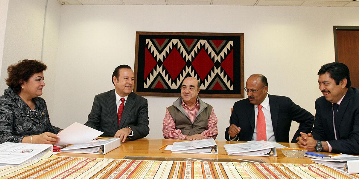 En la imagen, Murillo Karam, se reunió con senadores integrantes de la Comisión de Desarrollo Regional, para avanzar en los temas de la agenda legislativa relacionada con el desarrollo urbano.