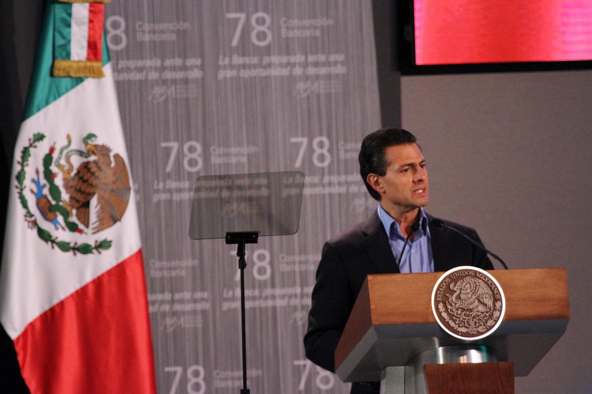 El Gobierno de la República trabaja para construir el país que merecen los mexicanos, afirmó el Presidente Enrique Peña Nieto, quien destacó que para enfrentar la coyuntura global, instruyó a todos los secretarios de Estado a hacer una revisión profunda.
