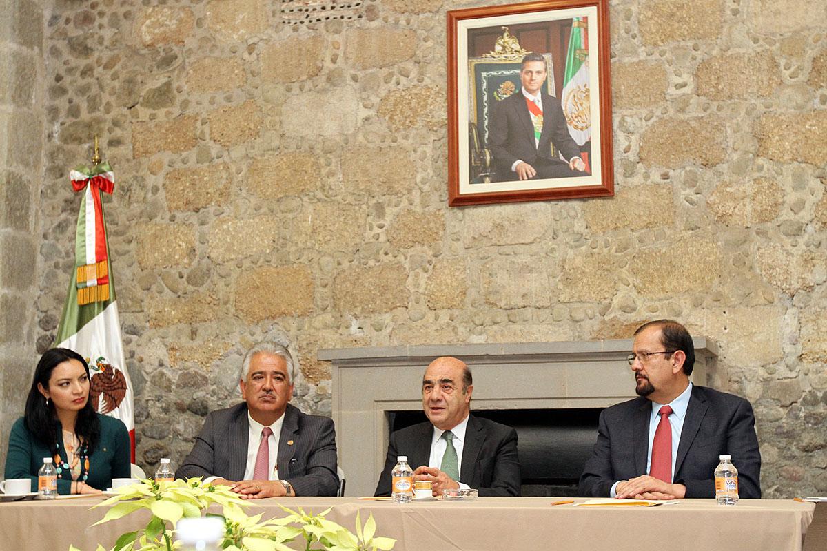 En la foto, el secretario Murillo Karam y dirigentes de la Confederación Nacional Campesina acuerdan trabajo conjunto para favorecer el sector agrario.