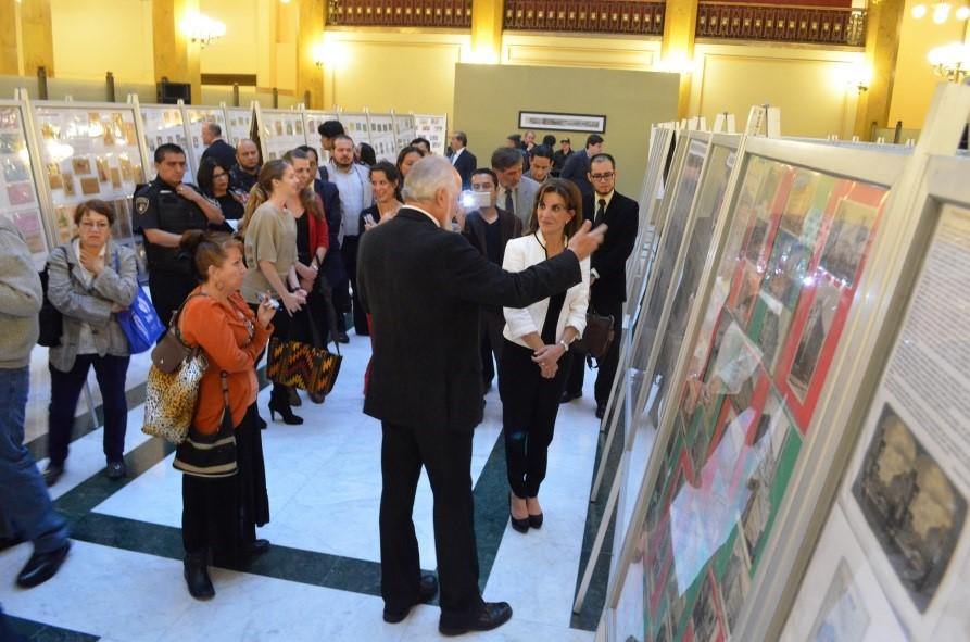 Valiosa colección de tarjetas postales se exhibe en el Palacio Postal