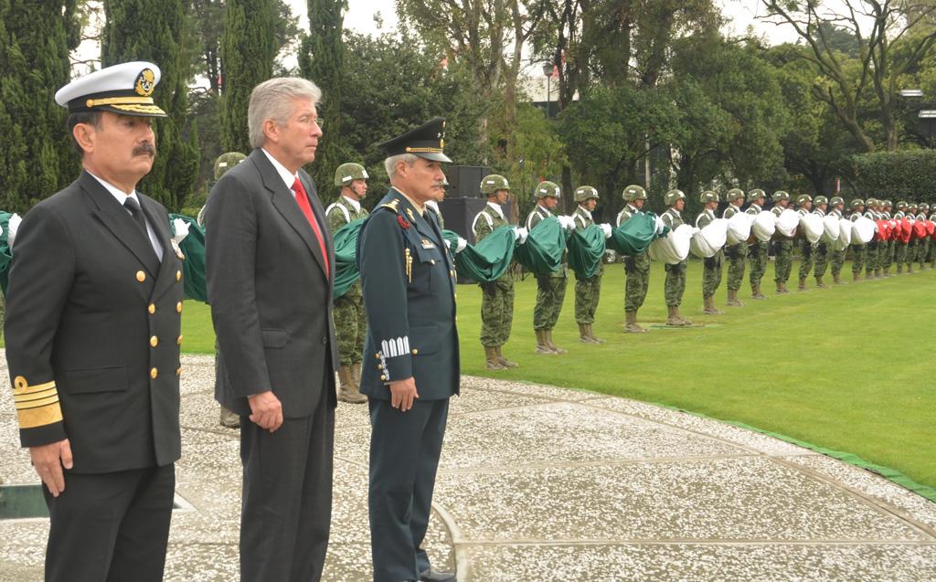 Encabeza Gerardo Ruiz Esparza Ceremonia de Izamiento de la Bandera Nacional