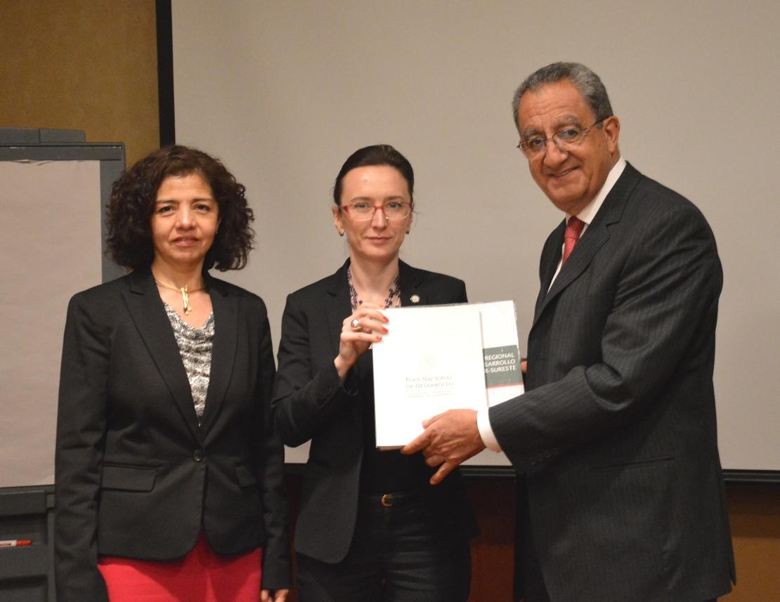 En la foto, el subsecretario de Desarrollo Urbano y Vivienda, Alejandro Nieto y su similar de Guatemala haciendo trabajo conjunto para impulsar el desarrollo de la región sur-sureste de México.