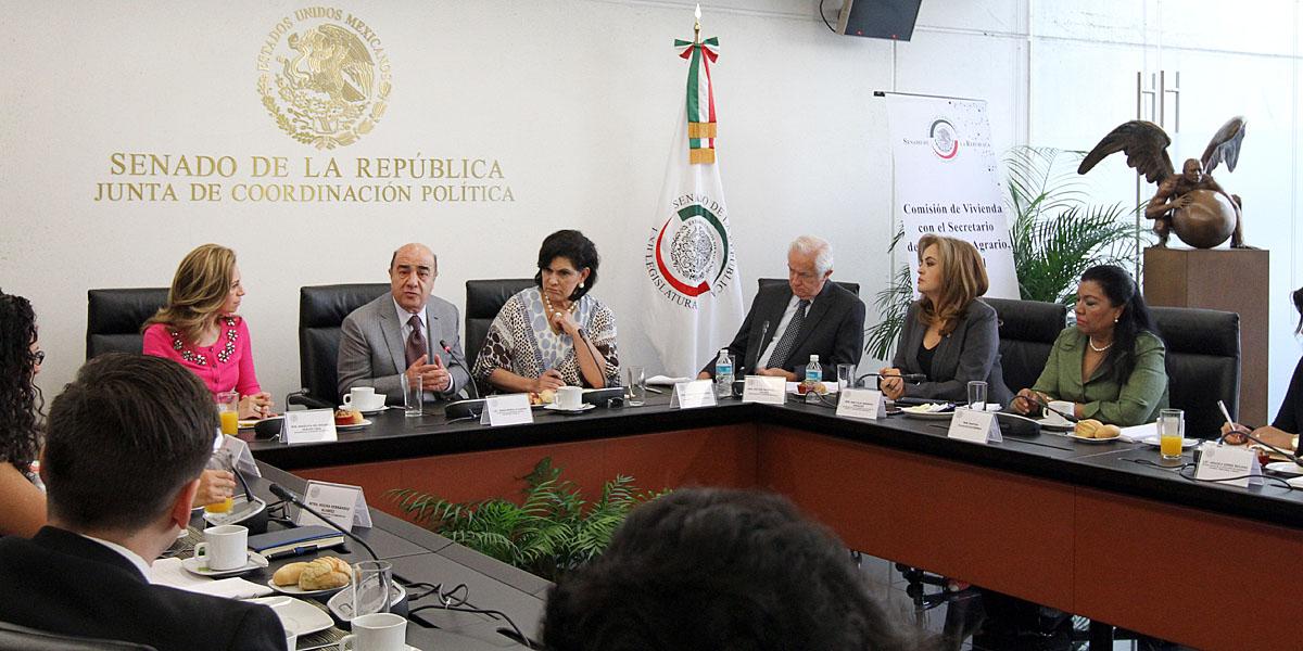 En la gráfica, el titular de la SEDATU se reunió con integrantes de la Comisión de Vivienda en el Senado de la República para intercambiar opiniones sobre planeación urbana y vivienda.