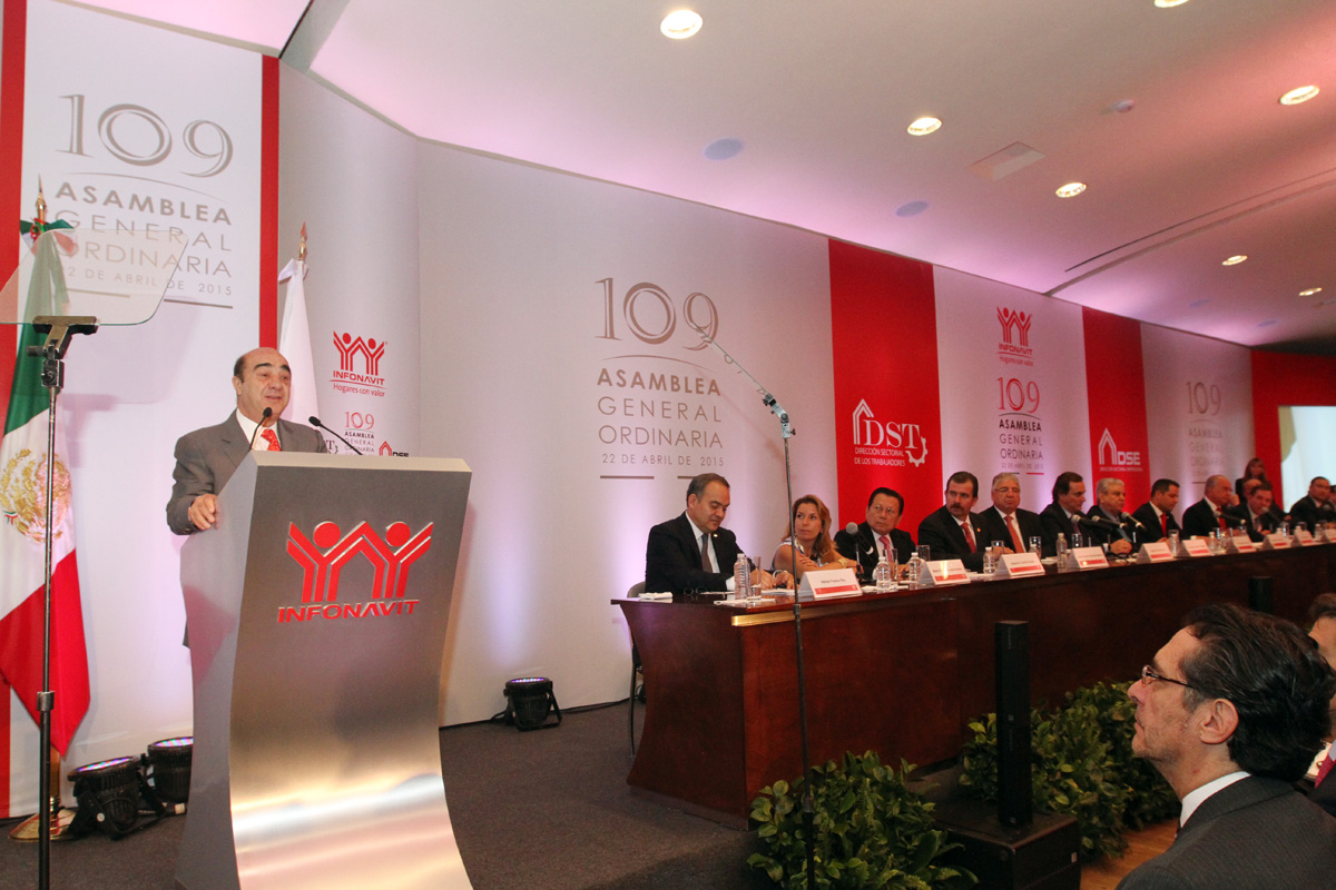 En la foto, el secretario Murillo Karam, participó en los trabajos de la 109 Asamblea General Ordinaria del INFONAVIT.