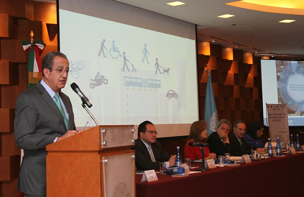 En la gráfica, el subsecretario Alejandro Nieto recibió en representación de SEDATU el Reporte Nacional de Movilidad Urbana en México 2014-2015, que presentó ONU-HÁBITAT.