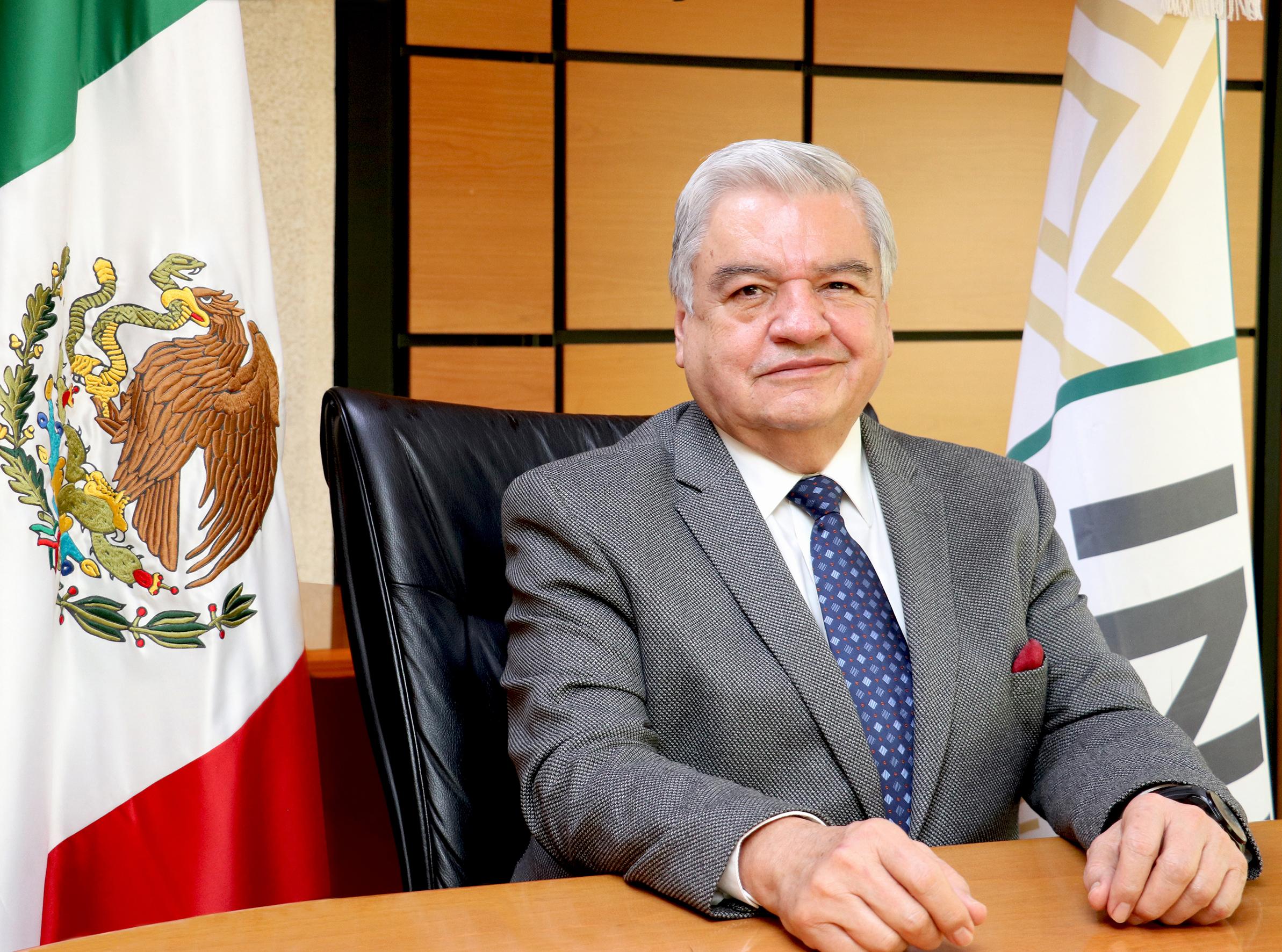 Es Licenciado en Derecho por la Universidad Autónoma de Querétaro (UAQ) y cuenta con diversos cursos en Derecho Laboral, Penal y Procesal Penal por la misma casa de estudios. Posee diversos diplomados y especializaciones en materia jurídica.